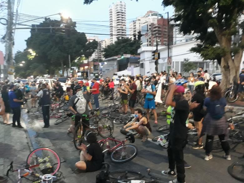 Ocupação da avenida Pacaembú em frente ao velório